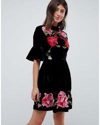 Черное бархатное платье с пышной юбкой с вышивкой