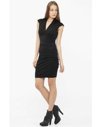 Черное вязаное платье-футляр