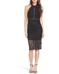 Черное кружевное платье с открытыми плечами