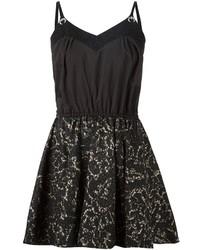 Черное кружевное платье с плиссированной юбкой