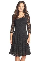 Черное кружевное платье с пышной юбкой
