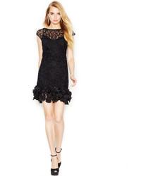 Черное кружевное платье-футляр с рюшами