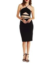 Черное облегающее платье с вырезом