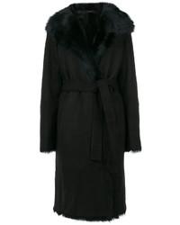 Черное пальто с меховым воротником