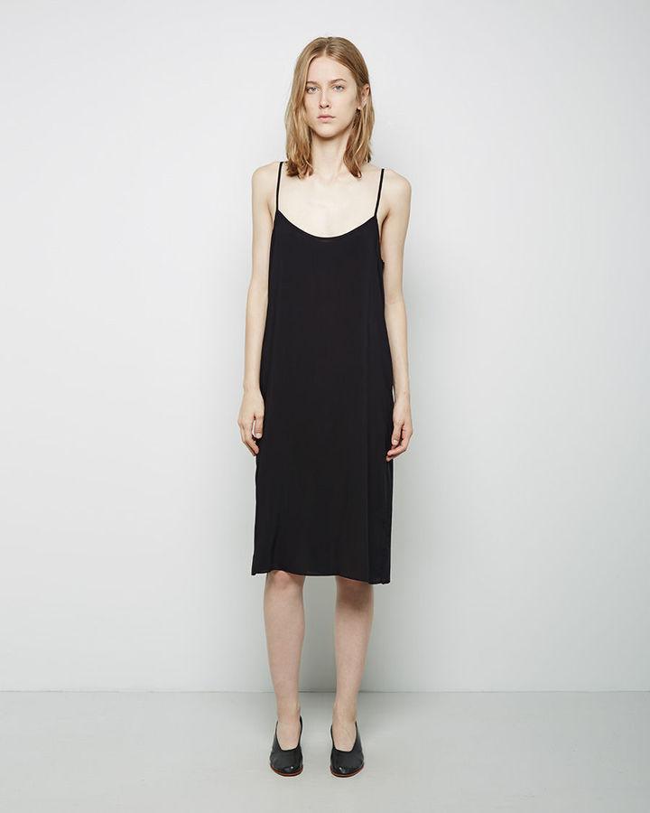 С чем носить черное платье майку
