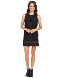 Черное платье прямого кроя с люверсами