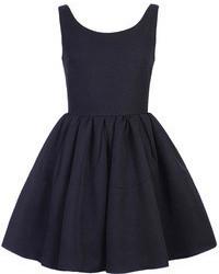 Черное платье с плиссированной юбкой