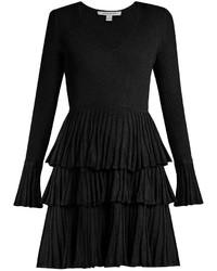 Черное платье с пышной юбкой с рюшами