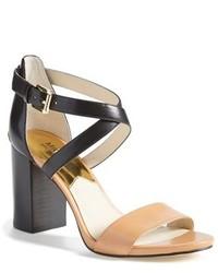 Черно-бежевые кожаные босоножки на каблуке