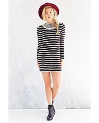 Черно-белое платье-свитер в горизонтальную полоску