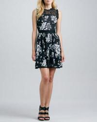 Черно-белое платье с плиссированной юбкой с цветочным принтом