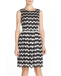Черно-белое платье с пышной юбкой в горошек