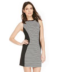 Черно-белое повседневное платье в горизонтальную полоску