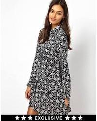 Черно-белое свободное платье с цветочным принтом