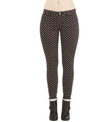 Черно-белые узкие брюки в горошек
