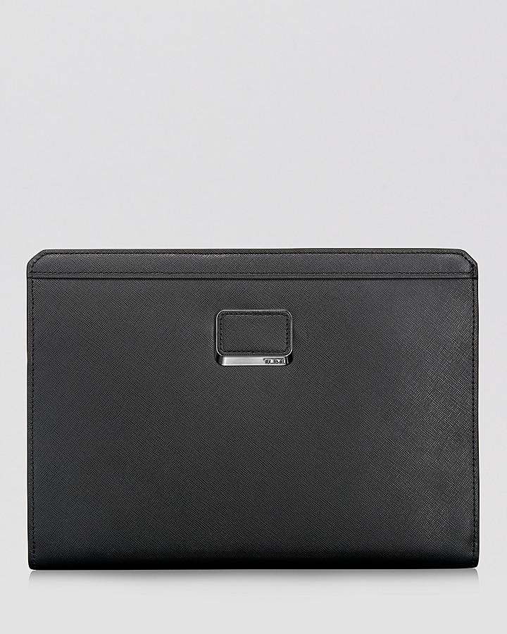 Мужской черный кожаный мужской клатч от Tumi   Где купить и с чем носить 355c595f532