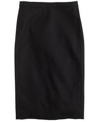 Когда не знаешь, в чем пойти на свидание вечером, рубашка с коротким рукавом и юбка-карандаш — хороший вариант.