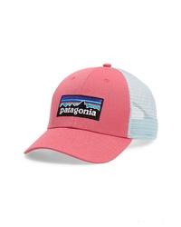 Ярко-розовая бейсболка с принтом
