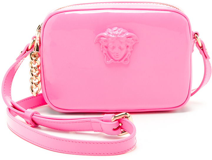 177ed1951a04 Ярко-розовая кожаная сумка через плечо от Versace, 46 964 руб ...