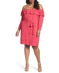 Ярко-розовое платье с открытыми плечами