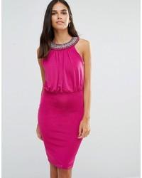 Ярко-розовое платье-футляр с украшением