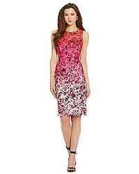 Ярко-розовое платье-футляр с цветочным принтом