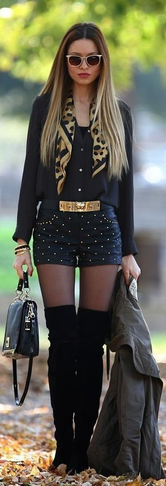 Как и с чем носить: оливковый анорак, черная шифоновая блуза на пуговицах, черная майка, черные кожаные шорты с шипами