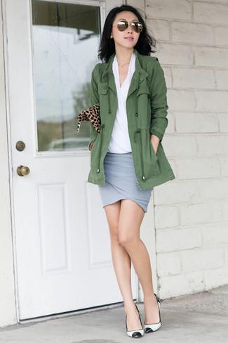 Оливковый анорак: с чем носить и как сочетать женщине: Оливковый анорак и серая мини-юбка — выбор барышень, которые никогда не могут усидеть на месте. Вкупе с этим образом удачно выглядят бело-черные кожаные туфли.