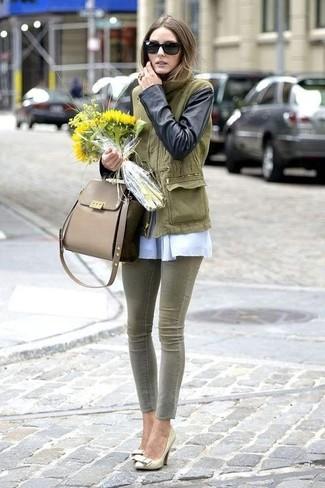 Оливковый анорак: с чем носить и как сочетать женщине: Оливковый анорак в паре с оливковыми джинсами скинни поможет выразить твой личный стиль. В паре с этим образом наиболее уместно выглядят золотые кожаные туфли.