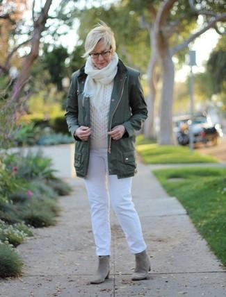 Как и с чем носить: темно-зеленый анорак, белый вязаный свитер, белые джинсы, серые замшевые ботильоны