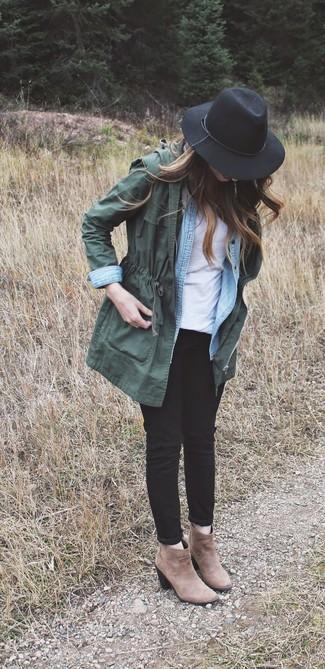 Модный лук: Темно-зеленый анорак, Голубая джинсовая рубашка, Белая футболка с круглым вырезом, Черные рваные джинсы скинни