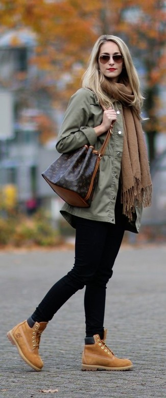 Оливковый анорак: с чем носить и как сочетать женщине: Оливковый анорак и черные джинсы скинни прочно обосновались в гардеробе многих женщин, позволяя создавать роскошные и функциональные ансамбли. Теперь почему бы не добавить в этот наряд на каждый день немного утонченности с помощью светло-коричневых замшевых ботильонов на шнуровке?