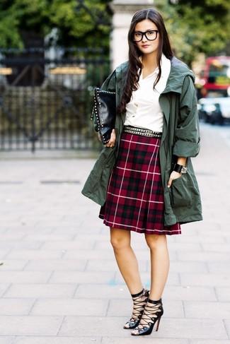 Как и с чем носить: темно-зеленый анорак, белая классическая рубашка, красная юбка-трапеция в шотландскую клетку, черные кожаные гладиаторы