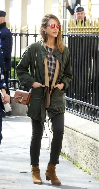 Как и с чем носить: темно-зеленый анорак, светло-коричневый шерстяной пиджак, серая футболка с круглым вырезом в шотландскую клетку, черные джинсы скинни