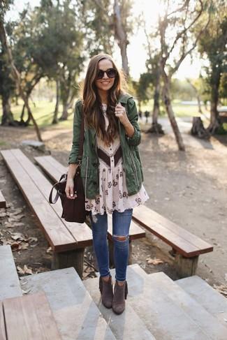 Как и с чем носить: темно-зеленый анорак, бежевое шифоновое платье-рубашка с цветочным принтом, синие рваные джинсы скинни, темно-коричневые замшевые ботильоны