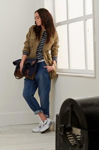 Как и с чем носить: оливковый анорак, черно-белая футболка с длинным рукавом в горизонтальную полоску, синие джинсы-бойфренды, белые кроссовки