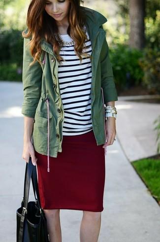 Как и с чем носить: темно-зеленый анорак, бело-черная футболка с длинным рукавом в горизонтальную полоску, темно-красная юбка-карандаш, черная кожаная большая сумка