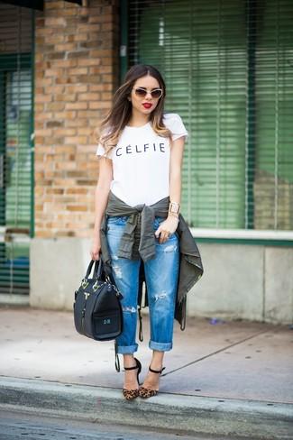 Как и с чем носить: темно-зеленый анорак, бело-черная футболка с круглым вырезом с принтом, синие рваные джинсы-бойфренды, коричневые замшевые туфли с леопардовым принтом