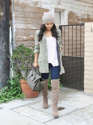 Как и с чем носить: оливковый анорак с камуфляжным принтом, белая футболка с круглым вырезом, темно-синие джинсы скинни, темно-зеленая кожаная большая сумка