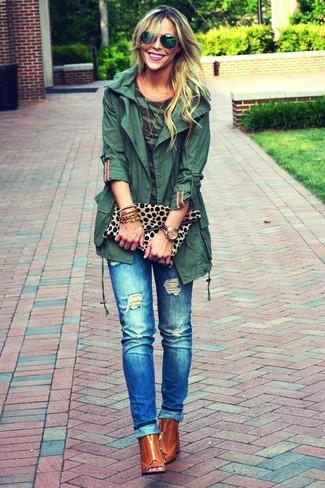 Как и с чем носить: темно-зеленый анорак, темно-зеленая футболка с круглым вырезом с камуфляжным принтом, синие рваные джинсы, табачные кожаные ботильоны с вырезом