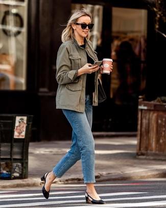 Женские луки в стиле смарт-кэжуал: Оливковый анорак в сочетании с синими джинсами несомненно будет обращать на тебя восхищенные взгляды. В качестве завершения этого лука сюда просятся черные кожаные туфли.