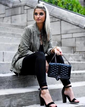 Как и с чем носить: оливковый анорак, черная футболка с v-образным вырезом, черные джинсы скинни, черные замшевые босоножки на каблуке с шипами