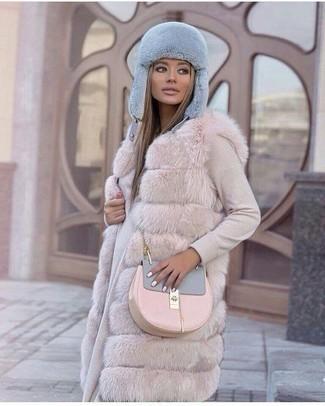 С чем носить меховую шапку женщине: Если в одежде ты ценишь комфорт и практичность, бежевая меховая безрукавка и меховая шапка — великолепный выбор для стильного повседневного образа.