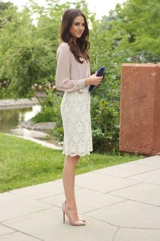 Как и с чем носить: бежевая блуза на пуговицах, белая кружевная юбка-карандаш, бежевые кожаные туфли, темно-синий кожаный клатч