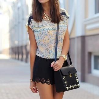 Как и с чем носить: бежевая шелковая блуза с коротким рукавом с цветочным принтом, черная мини-юбка, черная кожаная сумка через плечо с украшением, золотое колье