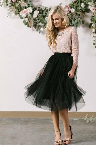 Как и с чем носить: бежевая кружевная блузка с длинным рукавом, черная юбка-миди в сеточку, бежевые кожаные босоножки на каблуке, прозрачное колье