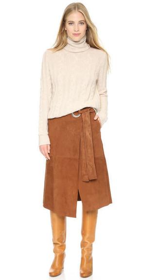 Как и с чем носить: бежевая водолазка, коричневая замшевая юбка-миди, светло-коричневые кожаные сапоги