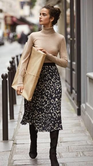 Как и с чем носить: бежевая водолазка, черная юбка-миди с леопардовым принтом, черные замшевые сапоги