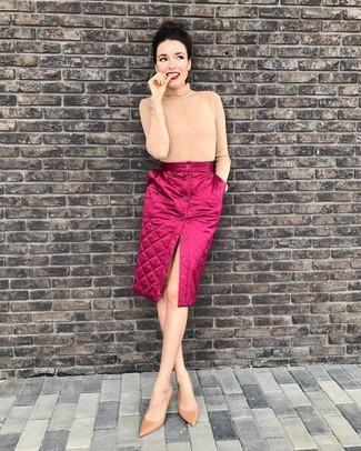 Как и с чем носить: бежевая водолазка, ярко-розовая юбка на пуговицах, бежевые кожаные туфли