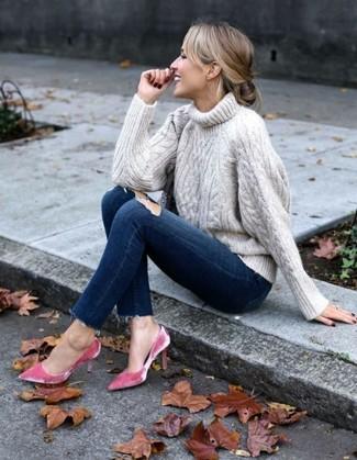 Как и с чем носить: бежевая вязаная водолазка, темно-синие рваные джинсы скинни, ярко-розовые бархатные туфли